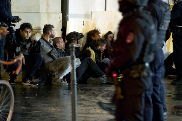 Près de la place de la République, au coin de la rue du Temple et de la rue Béranger, 20 h 02. Des manifestants vont être embarqués par les forces de l'ordre