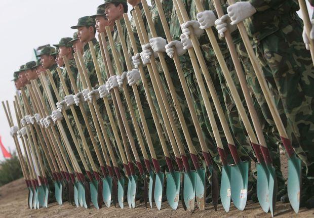 Près de Pékin, une armée de soldats volontaires présentent leur arme pour la reforestation: une pelle.