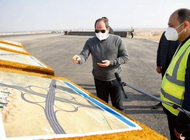 Le 2 janvier, le président Sissi consulte les plans de l'autoroute censée relier Le Caire à Al Masa.