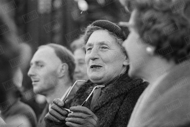 """« Certains, les habitués, attendaient derrière les grilles du palais de Buckingham depuis trente heures. Parmi eux, une vieille dame disait : """"J'étais là pour Bonnie (Charles) et Ann; je ne vais tout de même pas manquer celui-là"""" » - Paris Match n°568, 27 février 1960"""