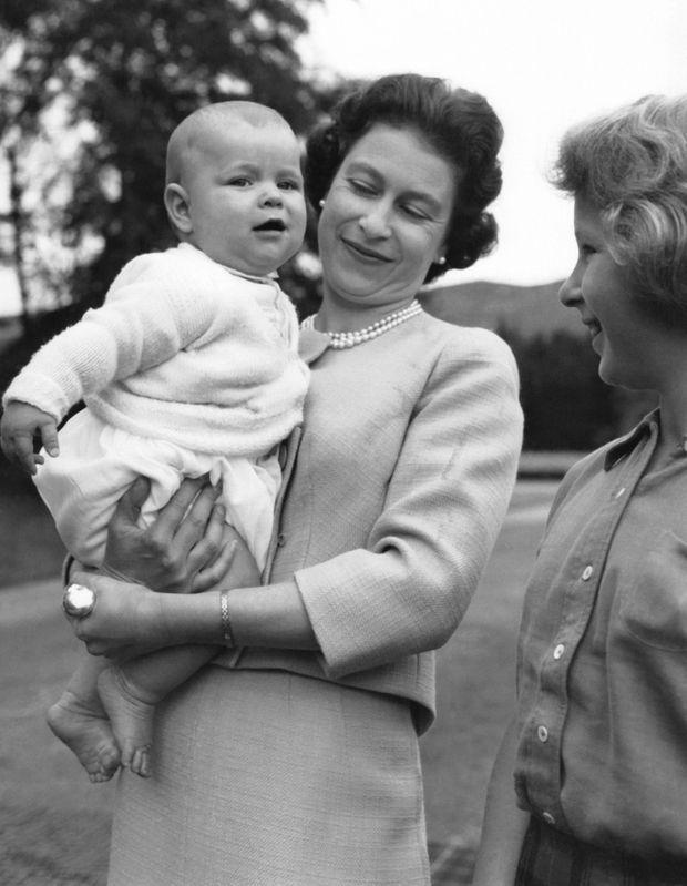 Elizabeth II et le prince Andrew à Balmoral, en 1960.