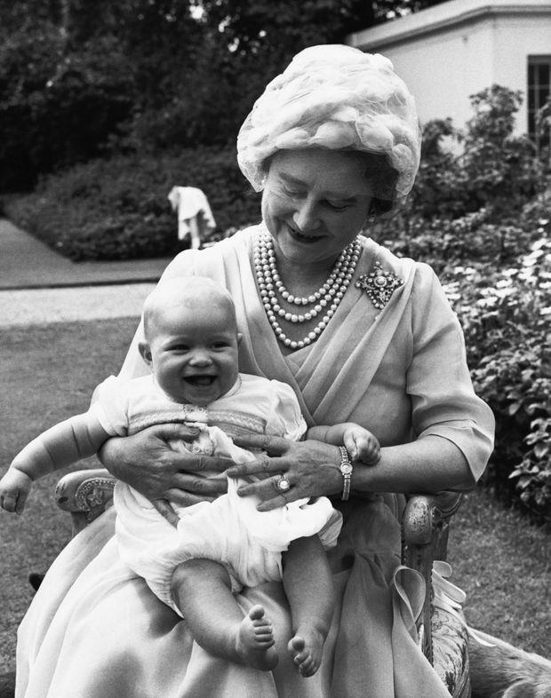 La reine-mère et le prince Andrew en mai 1960.