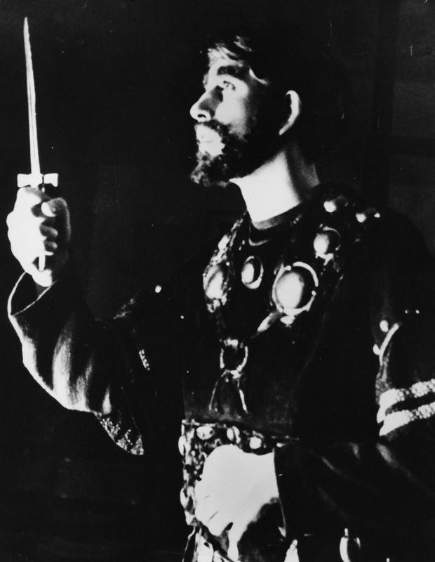"""Le Prince Charles interprétant Macbeth -""""Est-ce un poignard que je vois devant moi...""""- lors d'un production à la Gordonstoun School, en Écosse, le 30 novembre 1965."""