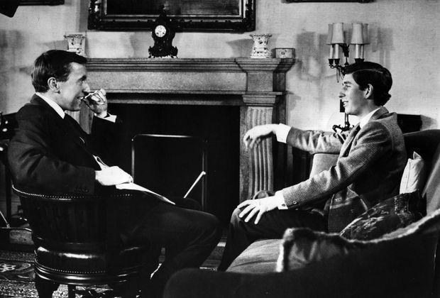 Le prince Charles répond aux questions du présentateur David Frost, lors d'une série de rencontres avec la presse en juin 1969, à la veille de son couronnement comme prince de Galles, le 1er juillet.