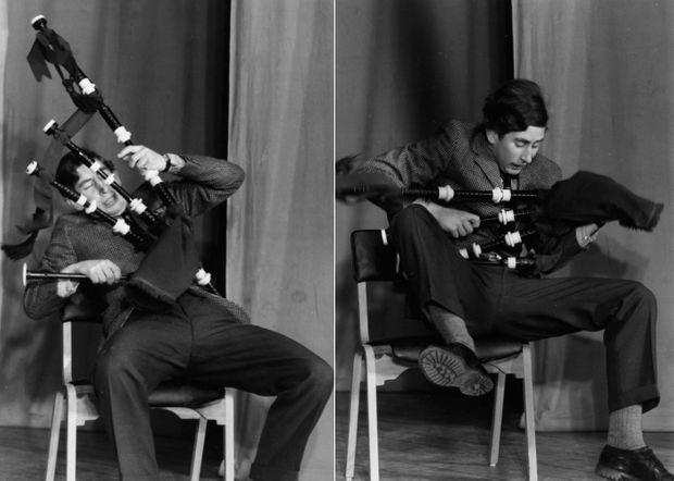 Le prince Charles joue de la cornemuse à sa façon, lors de la revue du Trinity College, à l'Université de Cambridge, en février 1970.