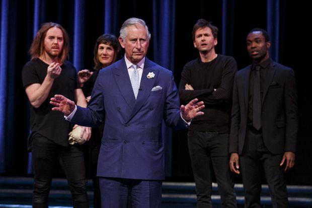 """Le prince Charles sur la scène de """"Shakespeare Live!"""", la production spéciale de la Royal Shakespeare Company à l'occasion des 400 ans de la disparition du """"Bard"""", à Stratford-upon-Avon en avril 2016."""