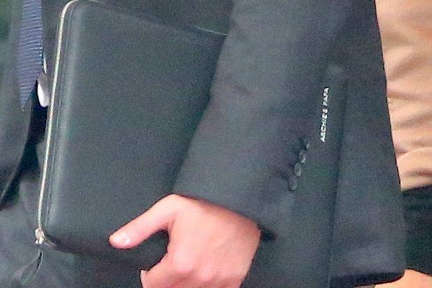 La pochette en cuir du prince Harry porte l'inscription «Archie's papa».