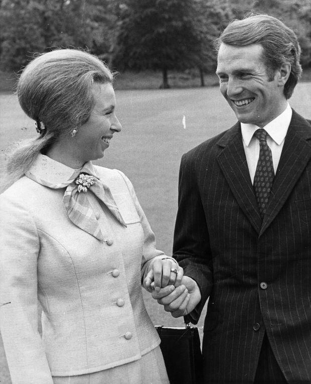 «Quand ils se rencontrent, en 1972, le capitaine Mark Phillips vient de remporter une médaille d'or aux Jeux Olympiques de Munich et la princesse Anne n'a qu'une passion : l'équitation. D'ailleurs, les Anglais le sentent déjà : «Si Anne se fiance, ce sera avec le cheval et non avec le cavalier, » Anne a embelli et le jeune couple, qui s'épanouit dans la joie de monter à cheval ensemble, pose pour des photos officielles qui sont l'image du bonheur. Anne et Mark symbolisent ce qu'on attend d'eux : un couple uni, sobre et sans histoire. Mais la princesse Anne ignore encore qu'une passion commune ne suffit pas pour faire un mariage réussi.» - Paris Match n°2103, 14 septembre 1989
