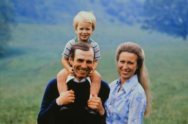 «La séparation d'Anne et de Mark a été prévue et organisée de longue date, mais la famille royale a jugé plus prudent de l'annoncer quand Anne était en voyage en Amérique latine et ses enfants en vacances. Tous deux ont toujours été très proches de Peter, douze ans, et de Zara, huit ans. A la naissance de son fils, Anne avait dit : « C'est réconfortant de penser que, pour une fois, j'ai fait quelque chose de bien. » Et elle avait organisé son éducation comme s'il était le fils de n'importe quel bon bourgeois anglais. Ils vivaient tous les quatre à la campagne, et c'est à trois kilomètres de la maison familiale que le capitaine Phillips s'installera désormais afin de ne pas être séparé de ses enfants.» - Paris Match n°2103, 14 septembre 1989