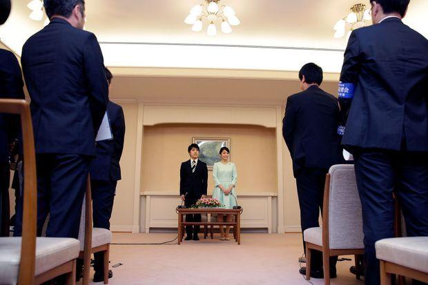 Durant la conférence annonçant les fiançailles de Mako et Kei Komura, dimanche.