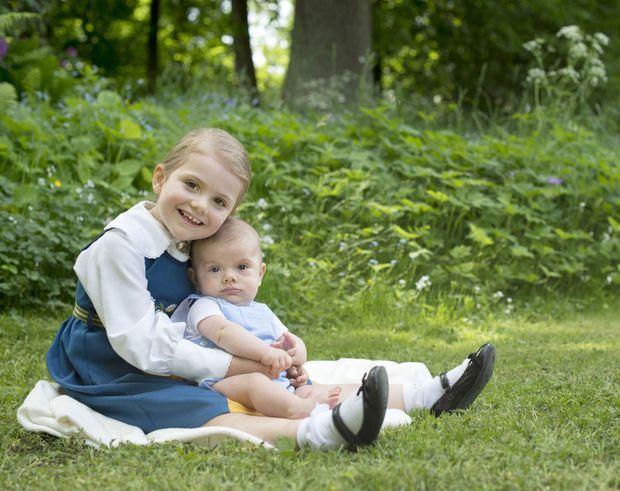 La princesse Estelle de Suède et son petit frère le prince Oscar, le 6 juin 2016