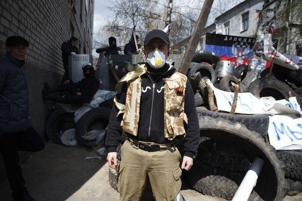 """Roustam, ouvrier en bâtiment de 25 ans, chef de barricade devant le commissariat occupé par les séparatistes, déclare qu'il est prêt à se battre """"jusqu'à la mort""""."""