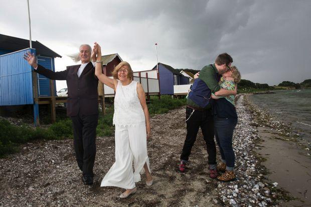 Promenade en bord de mer pour les nouveaux mariés, Guy et Jacqueline. A dr., Jo et Richard.