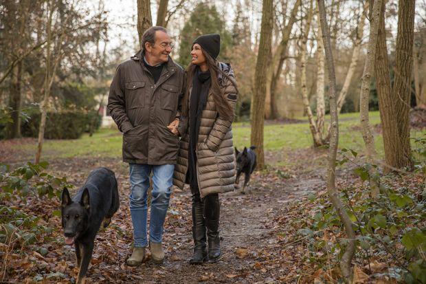 Promenade hivernale dans leur jardin, avec les deux bergers allemands de Nathalie