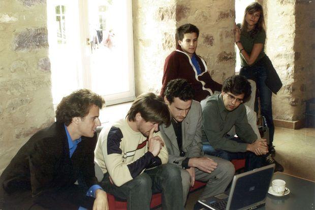 Quelques membres éminents de la promotion Senghor de l'Ena. De g. à dr. : Emmanuel Macron, Aymeric Ducrocq, Mathias Vicherat, Pierre-Alain Miche de Malleray; au second plan : Gaspard Gantzer et Eléonore von Bardeleben. A Strasbourg, en 2003.