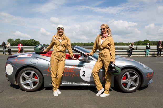 Adriana Karembeu et sa soeur devant leur Ferrari California.