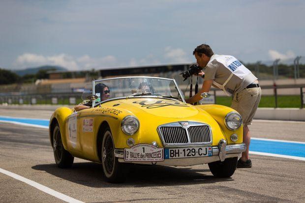 Notre journaliste et sa copilote Yeona Jung, directrice de la marque Louis Quatorze, sont arrivées en deuxième position sur le circuit Paul-Ricard, au volant d'une MGA.