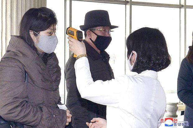 Contrôle de la température corporelle à Pyongyang, sur une photo publiée le 1er mars 2020.