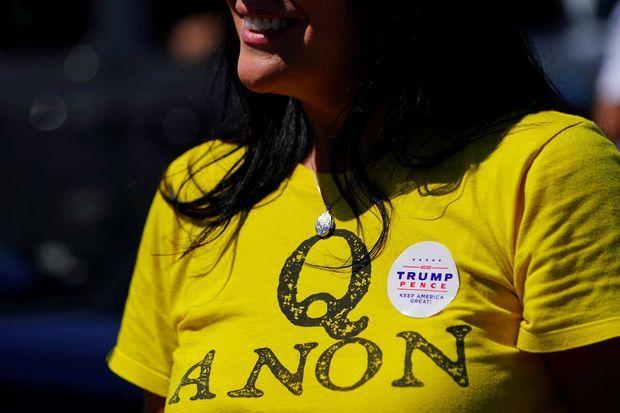 Une femme porte un t-shirt «QAnon» et un autocollant «Trump/Pence» à Adairsville, en Géorgie, en septembre 2020.