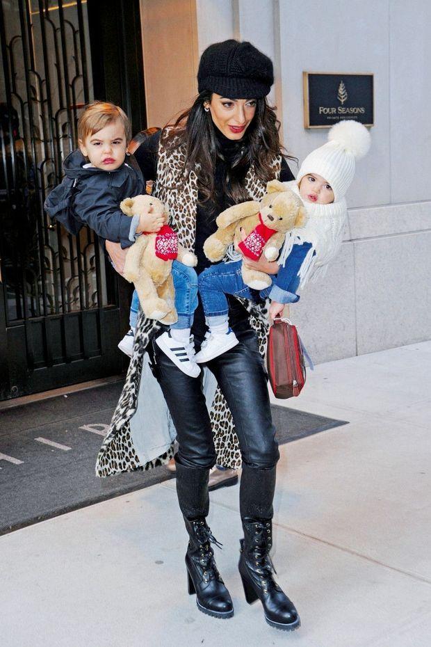 Quand l'amour rime avec biceps : Amal et les jumeaux Alexander (à g.) et Ella, en 2018. Ils ont alors 18 mois