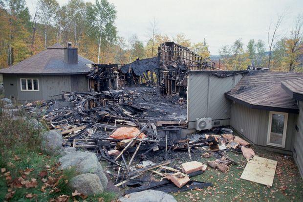 Québec. 30 septembre 1994. Le premier massacre à Morin Heights, propriété canadienne de la secte. Les corps de cinq personnes sont retrouvés après l'incendie : trois assassinées et deux suicidées.