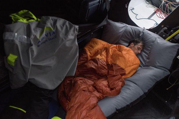 Quelques heures de sommeil précaire grappillées pendant la course.