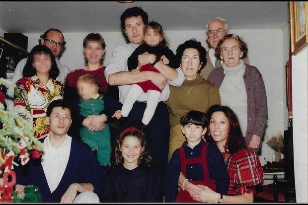 Quelques mois avant le drame, la photo d'une famille qui ignore vivre dans le mensonge. En haut à g., Jean-Claude Romand. A dr., ses parents. En bas à dr., sa femme, Florence, et leurs enfants, Antoine et Caroline, assassinés à 5 et 7 ans.