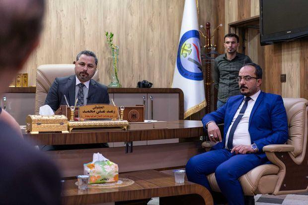 Raed Ali Mohamed, directeur de l'Administration pénitentiaire (à g.) dans son bureau à Bagdad, le 10 juillet 2019