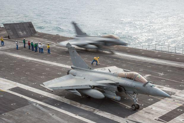 Rafale sur le pont d'envol. On compte 63 sorties aériennes par semaine.