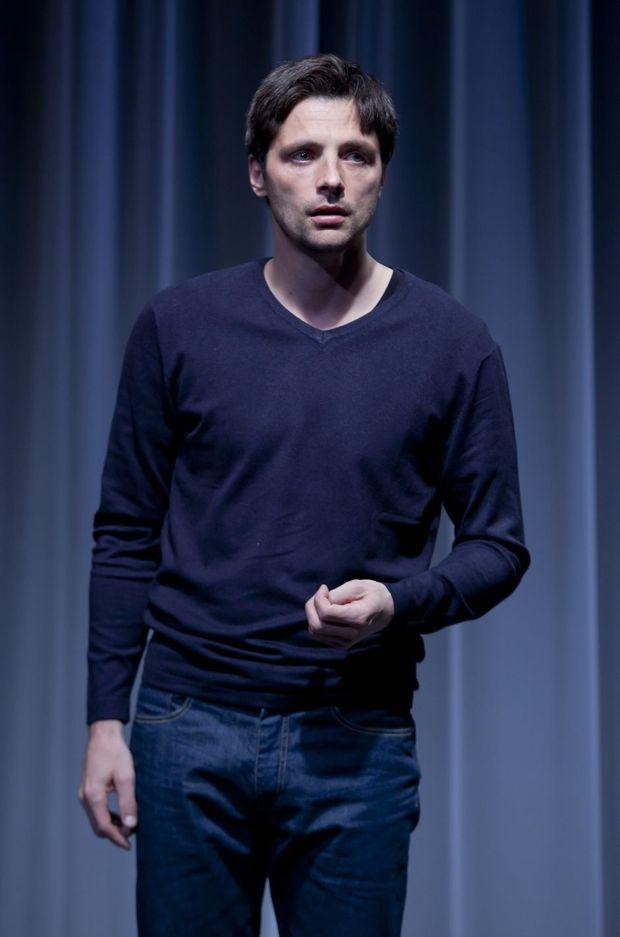 Raphaël Personnaz sur la scène du Théâtre du Rond-Point dans «Vous n'aurez pas ma haine».