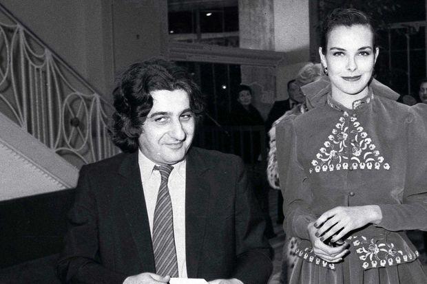 """Carole Bouquet et Jean Pierre Rassam à la première du spectacle """"Le Luron"""", au théâtre Marigny, en 1983."""