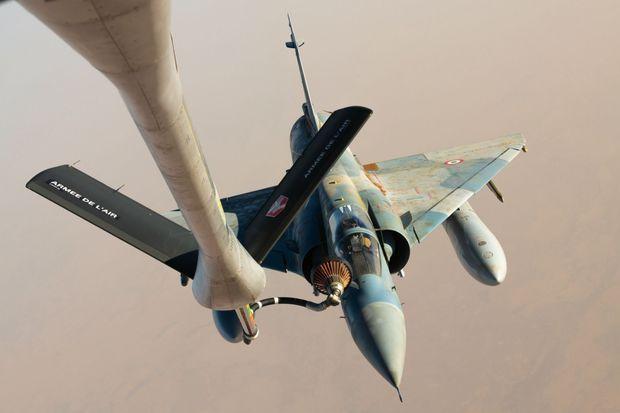Ravitaillement en vol d'un Mirage 2000 C de la 5e escadre par une « citerne volante », un Boeing KC-135