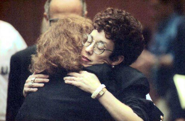 Danna, la mère de Rebecca Schaeffer, soulagée à l'énoncé du verdict du procès de Robert John Bardo. L'assassin a été reconnu coupable de meurtre au premier degré et condamné à la réclusion à perpétuité sans possibilité de libération conditionnelle, le 29 octobre 1991.