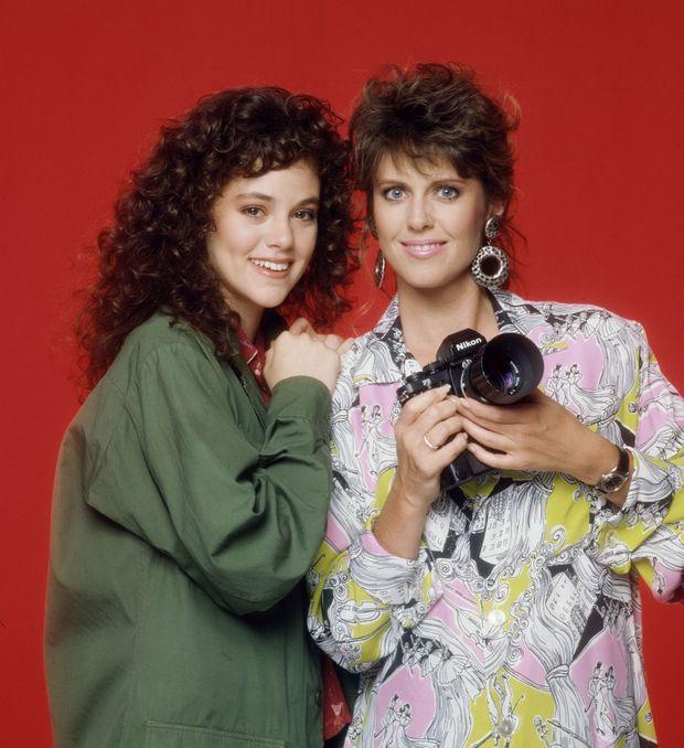 """Rebecca Schaeffer (à gauche) et Pam Dawber, le rôle-titre de """"My Sister Sam"""", pour la promotion de la série en 1987."""