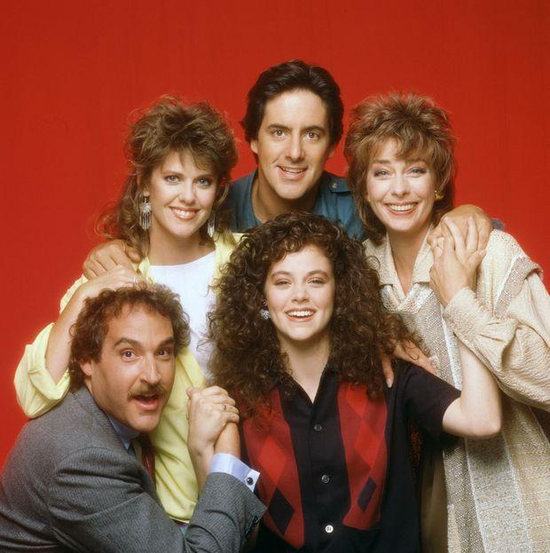 """Rebecca Schaeffer entourée de la distribution principale de """"My Sister Sam"""", pour la promotion de la série en 1987."""