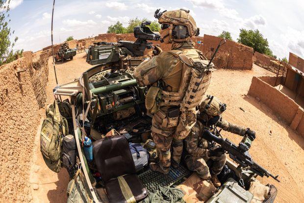 Reconnaissance dans les ruelles du village de Tongo Tongo, le 14 juin. La vigilance des soldats est à son maximum. Il y a un mois, une embuscade a fait 28 morts parmi les Nigériens.