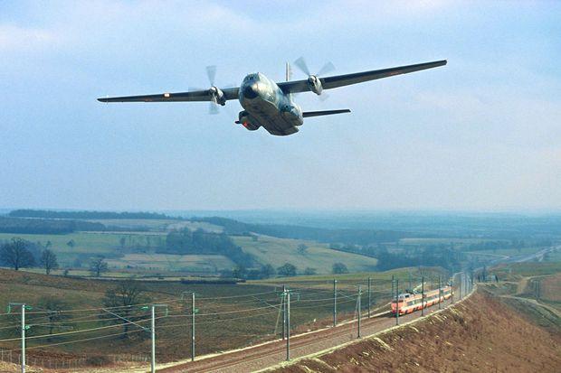 Un avion Transall survole la rame 16, le 26 février 1981, lors d'un record de vitesse à 380 km/h. Si les trains asiatiques à sustentation magnétique roulent aujourd'hui plus rapidement, le TGV détient toujours le record du monde de vitesse en roue sur rails : 547,8 km/h enregistrés le 3 avril 2007.