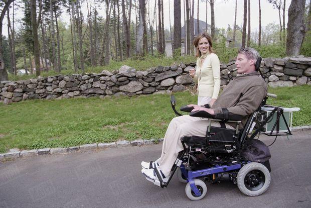 Christopher Reeve avec son épouse Dana, dans leur propriété de Bedford, dans l'Etat de New York, en avril 1998.