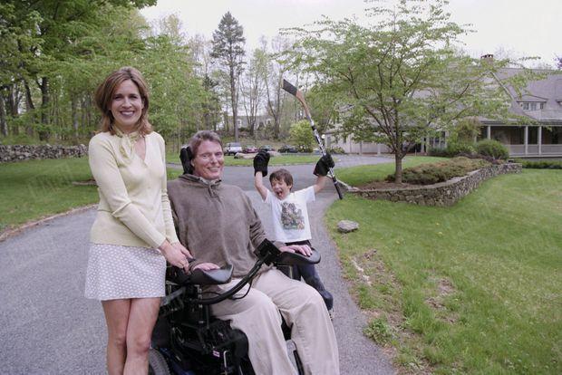Christopher Reeve, dans sa propriété de Bedford, dans l'Etat de New York, avec son épouse Dana et leur fils Will, en avril 1998.