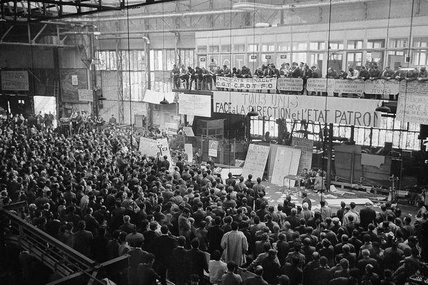 Dans l'usine Renault de Boulogne-Billancourt, le 17 juin 1968. Les salariés viennent de voter la reprise du travail après une grève entamée en mai.