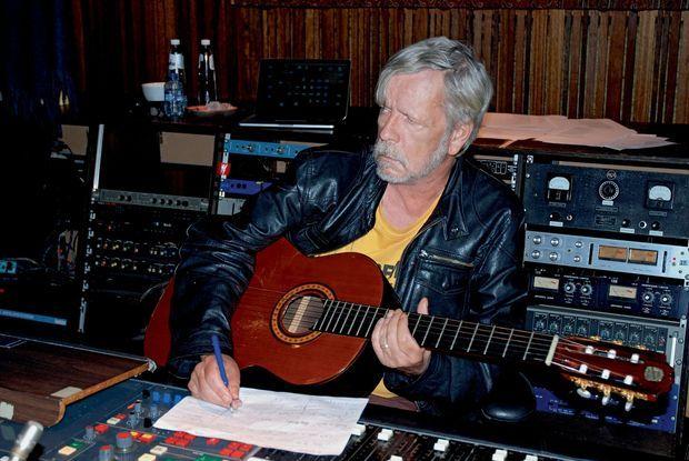 Renaud pendant l'enregistrement d'une chanson, à Bruxelles