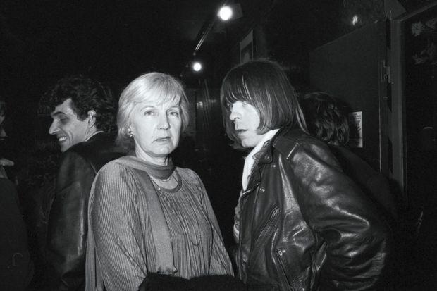 L'auteur de « Laisse béton », dans son blouson emblématique de loubard, et sa mère à l'Olympia, en 1982.