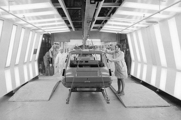 Une ouvrière vérifie la carrosserie d'une Renault 5 en novembre 1974 à Flins.