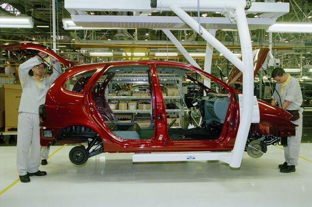 Un Renault Scénic sur une chaîne de l'usine brésilienne de Curitiba, en décembre 1998, année de son ouverture. En 2019, plus de 300 000 véhicules sont sortis des chaînes de ce site.