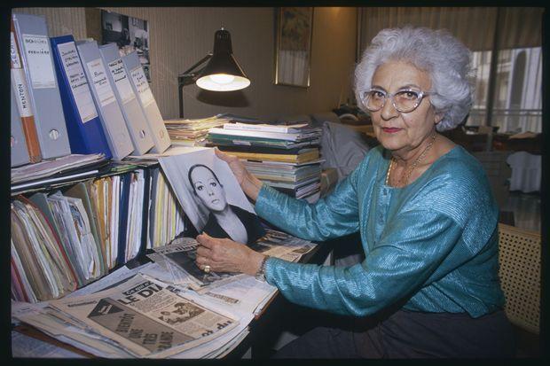 Renée Le Roux, la mère d'Agnès, tenant un portrait de sa fille, douze ans après sa disparition, en 1989.