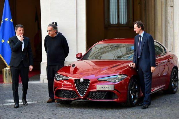 En mai 2016, le président du conseil italien Matteo Renzi découvre la nouvelle Alfa Romeo Giulia, à Rome, en compagnie de John Elkann et de Sergion Marchionne (au centre).