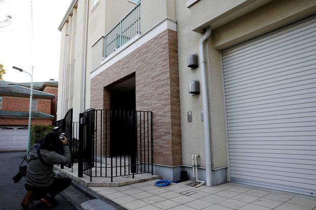 Devant la résidence de Carlos Ghosn à Tokyo, durant une perquisition le 2 janvier. Des caméras de surveillance sont installées au dessus de la porte d'entrée.