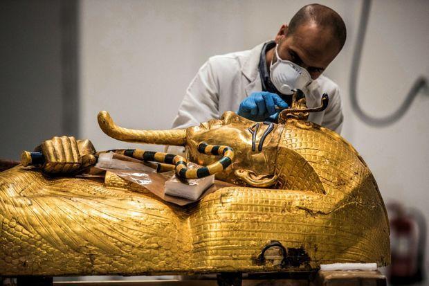 Restauration du sarcophage extérieur en bois doré de Toutankhamon.