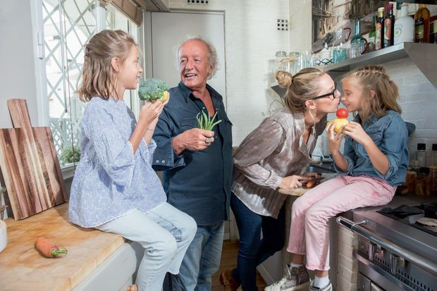 Retour du marché. Lola hume les brocolis, Laure coupe les carottes, Louise croque la pomme, Didier tient ses haricots comme un micro.