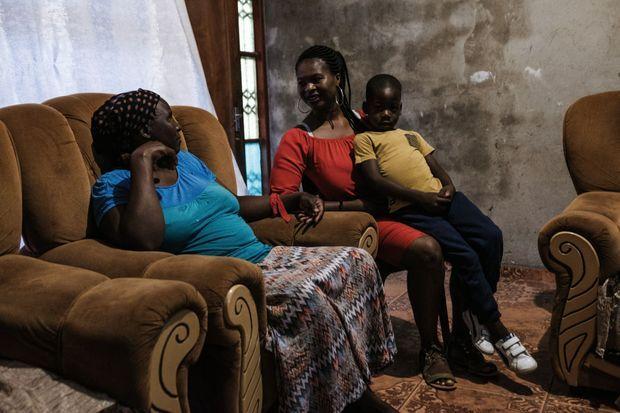 Retour en famille après trois semaines d'absence. Leitah, son fils Clayton, 5 ans, et sa mère qui veille sur le petit garçon.